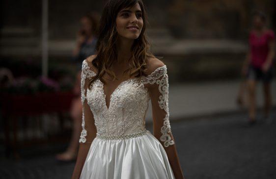 Svadobné šaty saténové s rukávmi