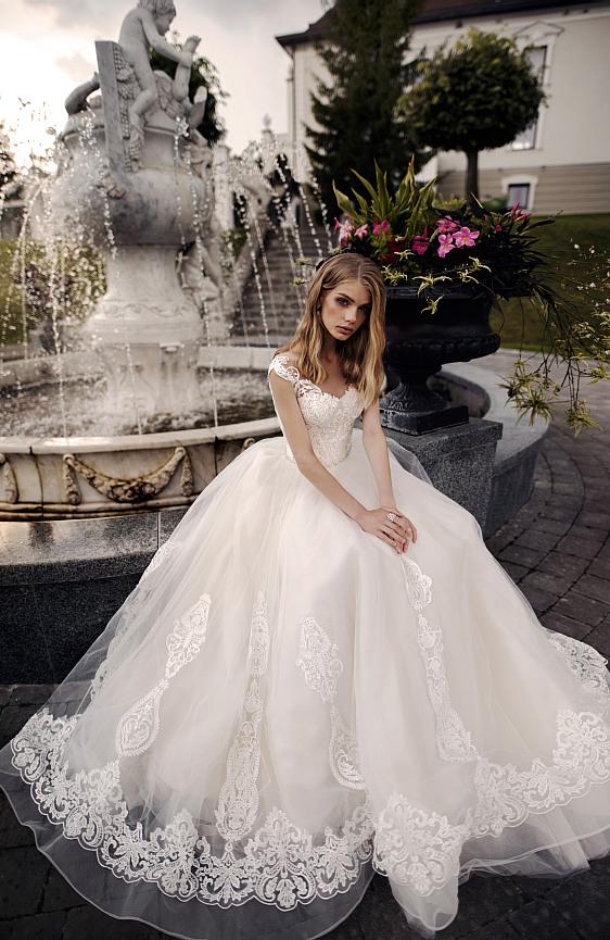 Svadobné šaty s čipkovými ramienkami Wedding Gallery svadobný salón Bratislava