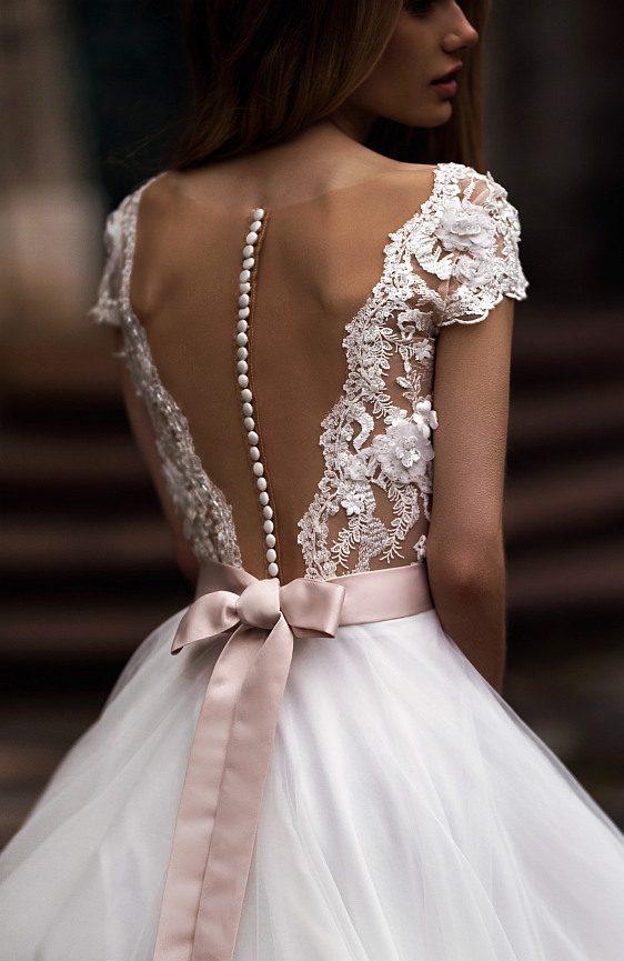 Svadobné šaty s čipkovaným chrbátom a jednoduchou tylovou sukňou