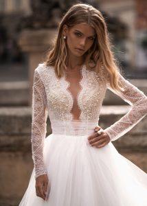 Svadobné šaty s dlhými čipkovanými rukávmi Wedding Gallery svadobný salón Bratislava
