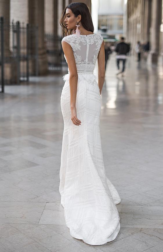 Svadobné šaty v strihu morskej panny s prekrásnou čipkou a vlečkou sú ako stvorené pre dokonale krásnu nevestu. Tieto svadobné šaty nájdete v svadobnom salóne Wedding Gallery v Bratislave.