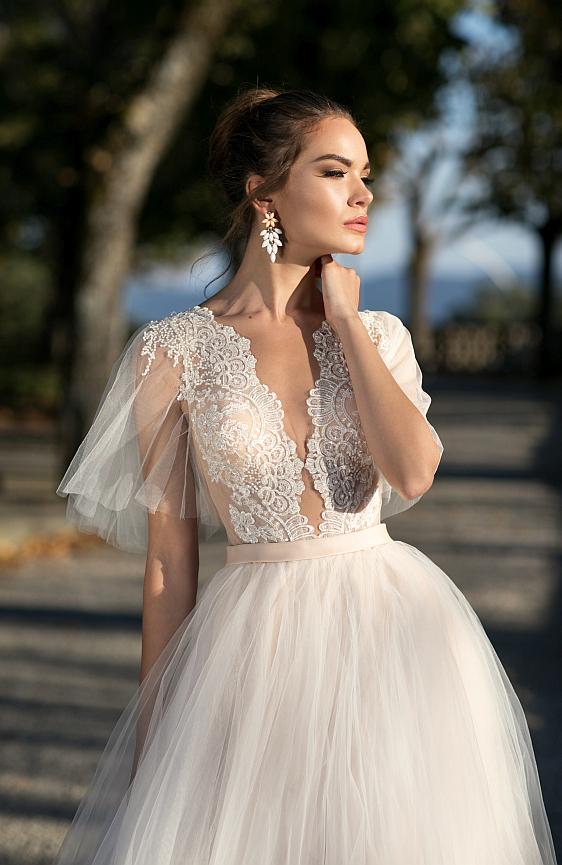 Svadobné šaty čipkované s rukávmi a hladkou tylovou sukňou - jednoduché no výnimočné zároveň.