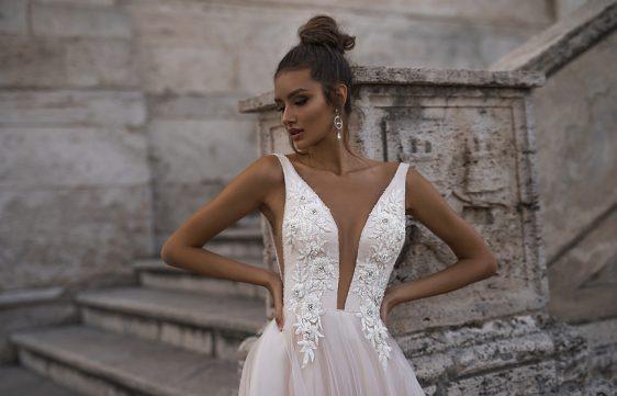 Jednoduché svadobné šaty s ramienkami pôsobia sexi a nežne zároveň. Buďte očarujúca nevesta so svadobným salónom Wedding Gallery Bratislava.