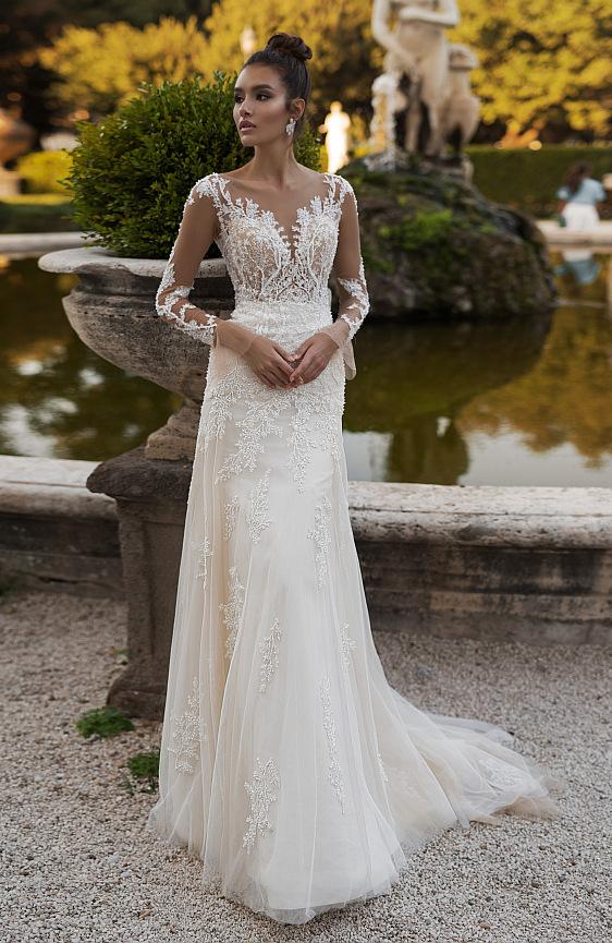 Tieto svadobné šaty s dlhými čipkovými rukávmi sú vašim splneným snom! Príďte si ich vyskúšať. Wedding Gallery svadobný salón Bratislava